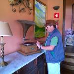 Frank demonstriert das alte Grammophon im Herrschaftszimmer