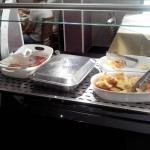 Salsicha, ovo mexido e pão de queijo