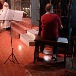 organista durante un matrimonio