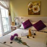 Habitación matrimonial con baño privado y balcón al exterior