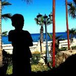 Mi nieto escudriñando con atenta mirada el horizonte, esperando el regreso de los pescadores.