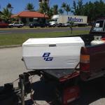 トラックの荷台にあるクーラーボックスからドリンクを自分で選べる