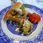 Scrambled egg with shrimp and mushroom on a puff pastry