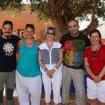 Dentro de las instalaciones, junto a un olivo precioso con un grupo de amigos y su directora