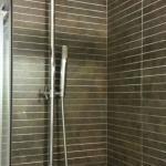 Detalle de la grifería de la ducha