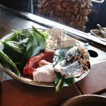 木盤盛裝著食材
