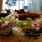 des bols composés de riz, légumes cuits, crus et d'un élément au choix
