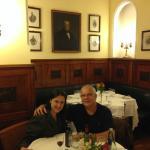 Eu e minha filha, durante o jantar.