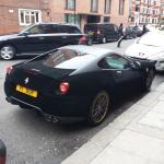 Ferrari de veludo preto na porta do hotel