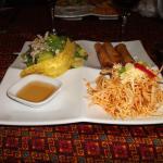 Entrée: Rouleaux porc et crevettes, nouilles, salade porc, chip banane plantain