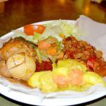 Für unsere Gäste zusammengestellt: Huhn mit Rosmarin-Rindfleisch und Gemüse mit Injera.