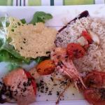 Brochette de poisson ( saumon crevette noix de saint jacque tomate confites )