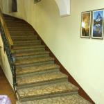 La rampa di scale all'ingresso dell'Hotel non servita dall'ascensore