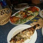 Plat de poissons et de gambas grillées