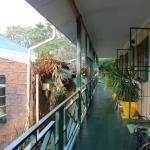 bâtiment principal à gauche, chambres à droite