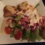 Fitnessteller mit Schnitzel. Der Salat mit dem hausgemachten Dressing ist herausragend!
