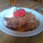 Apple, sultana & cinnamon crumble with icecream 2