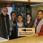 De droite à gauche, Kamal, Naïma et des jeunes de sa famille et Peter