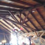 Restaurante rústico em madeira.