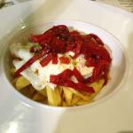 Huevos estrellados con patatas fritas y pimientos rojos