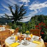 Frühstück auf der Terrasse am Pool