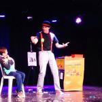 Uno de los magos actuando en la sala de espectaculos
