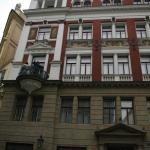 detalle de la fachada del edificio de los apartamentos