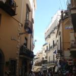 Linda rua estreita, com bares. sorvetes, restaurantes, cafes.