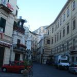 Rua estreita com hoteis, cafes, sorvetes. Amalfi é linda.