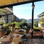 Desayunado frente al lago di Como