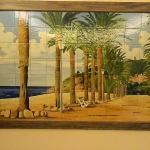 весь отель украшен панно из керамической плитки с видами окрестностей калельи