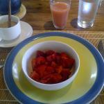 Parte del desayuno del sabado Fresas y Lechoza picadita con juguito de guayaba