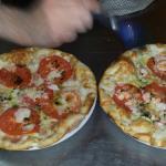 Pizzas blancas...calabacines,tomate fresco,queso probolone y albahaca...