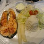 Plato combinado con salmón, arroz , ensalada y espárragos