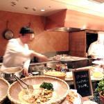 新鮮な食材や、シェフが腕を振るうブッフェ