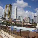 La piscina y vista hacia atras (hacia los edificios)