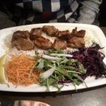 Arrosto servito con insalata e riso