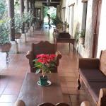 Pasillos tipo coloniales con mucha vegetación y sillones para descansar.