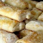 Hojaldres con azúcar horneados en horno de leña.