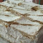 Milhojas de merengue con azúcar tamizada y canela.