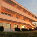 Neubau von Aussen bei Sonnenuntergang