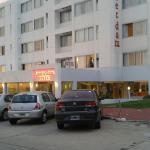 """el frente y """"estacionamiento"""" del hotel"""