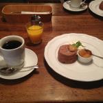 コーヒーと甘さが控えめなコンポートと温かいスコーンが良く合ってました。