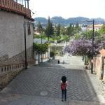 cruzar la calle para ir a las orillas del río Tomebamba