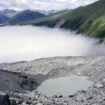 Schutt auf Gletscher mit Blick gegen das Kloster (im Talnebel)
