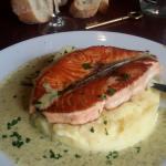 Pave de saumon grille puree maison et sauces aux herbes.10.50e