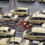 Weihnachtsmann mit Schlitten auf Taxiplatz