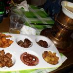 Fonduta con spiedini di carne, crostini, wurstel, pollo e polpettine