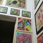 Peculiaridade, todas as paredes são cheias de quadros.