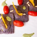 Ravioli di patate viola con pesto vegan